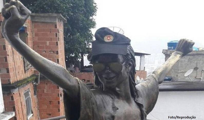 Estátua de Michael Jackson no Rio veste agora um boné da PM