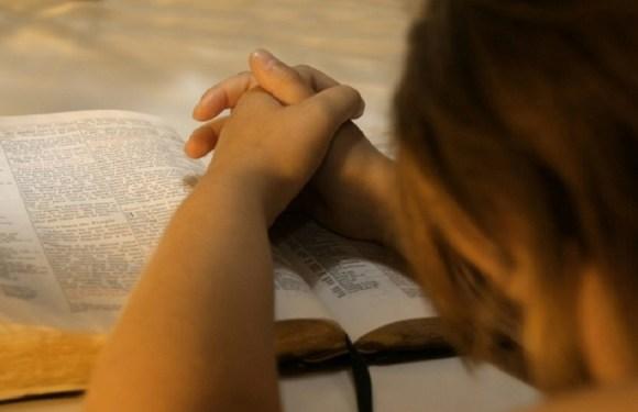 Empresa pública deverá indenizar funcionária dispensada por discriminação religiosa