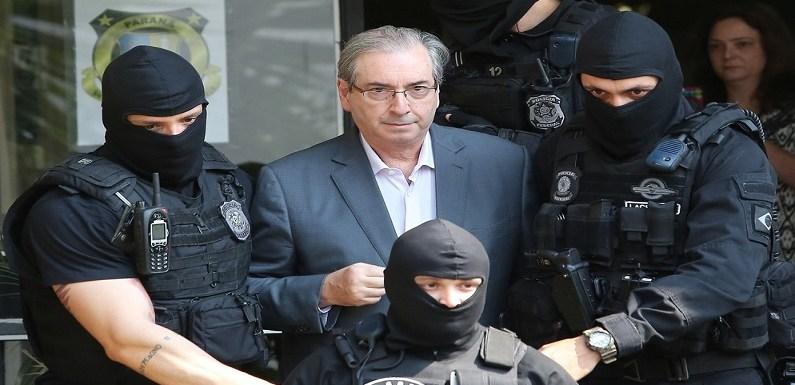 Eduardo Cunha viaja de Curitiba para Brasília em avião da PF para prestar depoimento