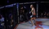 Lutador de MMA agride árbitro por demora em interromper luta; veja