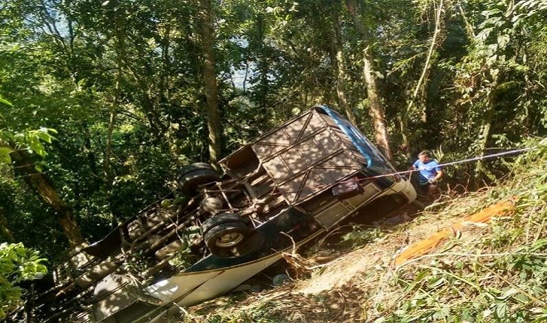 Ônibus que caiu em ribanceira deixou 4 mortos e 29 feridos na serra de Ubatuba (SP)