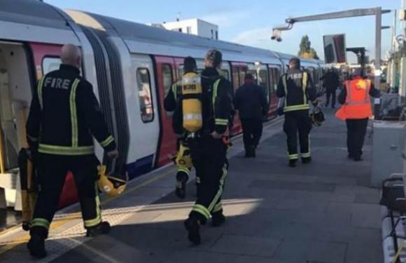 Explosão em metrô de Londres causa pânico e é tratada como atentado