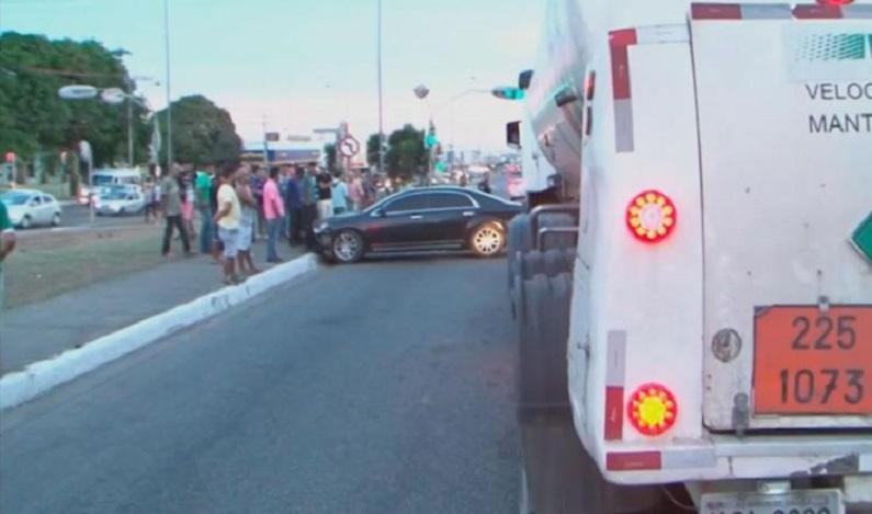 Homem tenta sair de posto de combustível sem pagar e colide em três carros