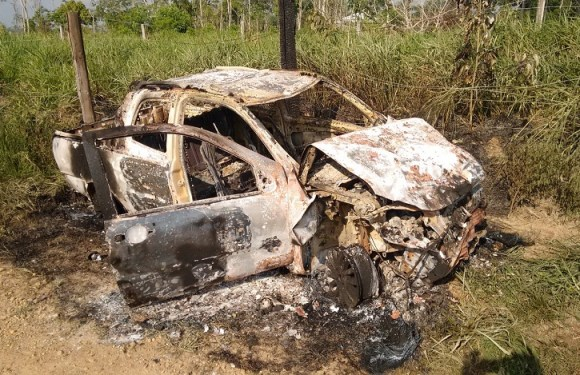 Motorista que causou acidente que matou 5 pessoas recebe voz de prisão e tem carro incendiado em RO