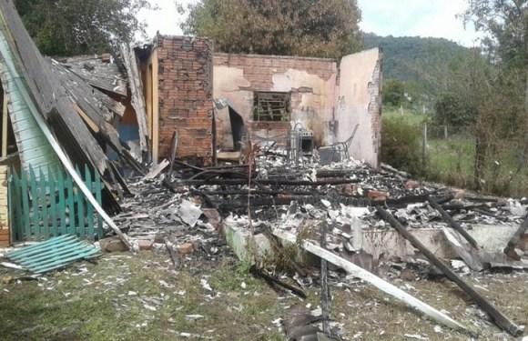 Jovens matam mãe e filhas e depois ateiam fogo na casa para esconder provas