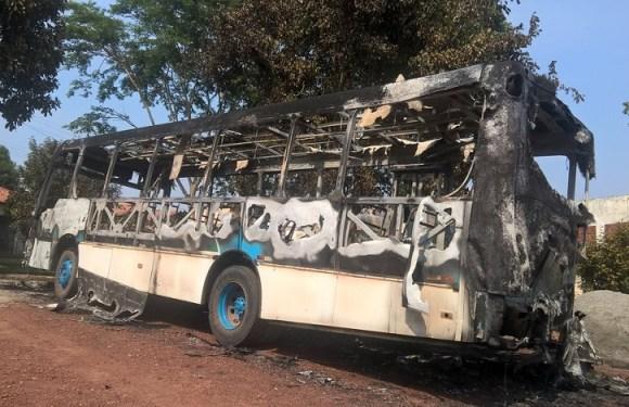 Ônibus que atende crianças de projeto social é incendiado em Cacoal, RO