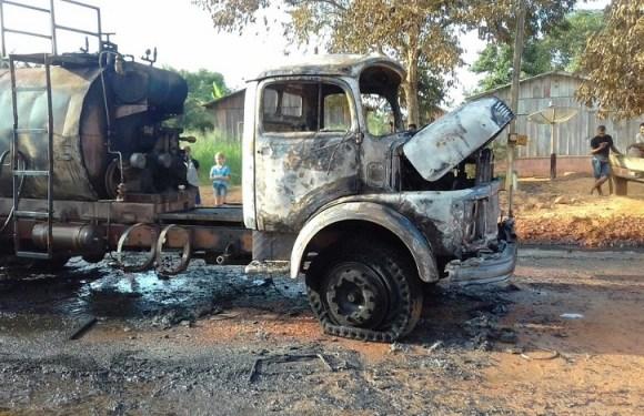 Caminhão de piche pega fogo enquanto asfaltava avenida em Machadinho, RO