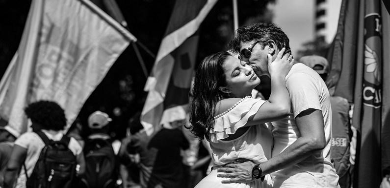 Casal faz ensaio fotográfico pré-casamento em manifestação contra reformas do governo federal