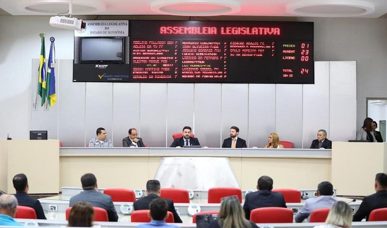 Léo Moraes entrega Votos de Louvor e medalhas de Mérito Legislativo