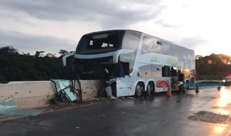 Vítimas de colisão com ônibus na cabeceira de ponte na BR-364 são identificadas