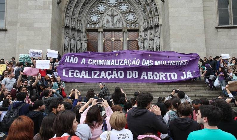 Comissão aprova PEC que impossibilita aborto; destaques ainda precisam ser votados