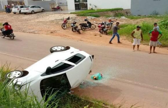 Homem puxa freio durante discussão com esposa e carro cai de 3m de altura em RO
