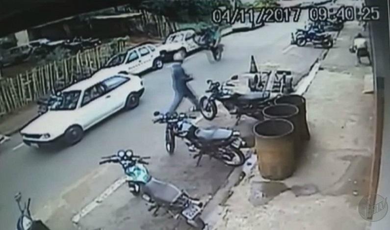 Homem empina moto e atinge carro parado no meio da rua em Barretos; vídeo