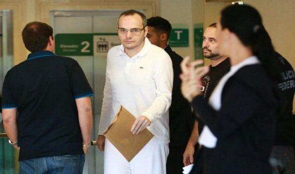 Funaro entrega suposto bilhete com conta no exterior anotada por Cunha