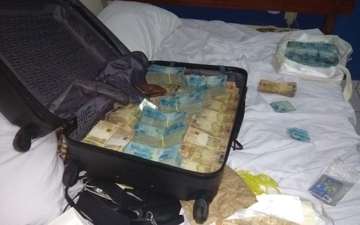 Polícia investiga a origem de R$ 815 mil encontrados dentro de mala em hotel de Goiás