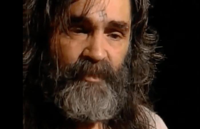 Charles Manson: o líder de culto que matou atriz grávida e via códigos de luta racial em letras dos Beatles