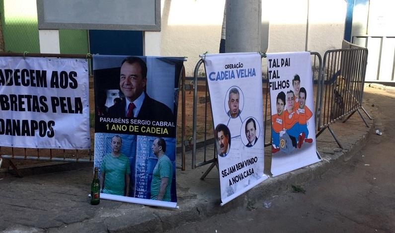 Prisão de Cabral completa um ano e manifestantes fazem festa na porta de presídio em Benfica, no Rio
