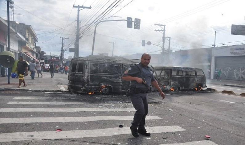Criminosos incendeiam veículos e atacam carro-forte na zona leste SP