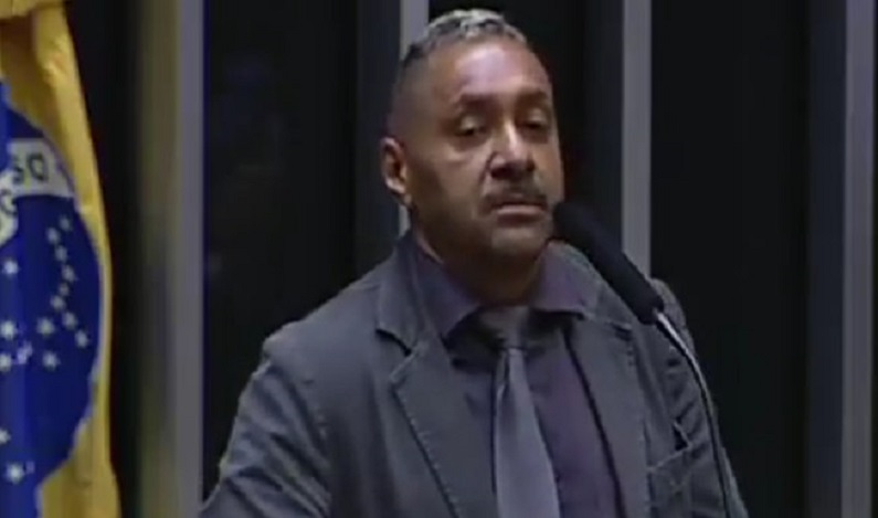 Tiririca se diz 'envergonhado' e renuncia ao cargo de deputado; veja vídeo