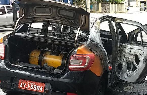 Táxi pega fogo com motorista dentro em Curitiba e cilindro de gás não explode; assista