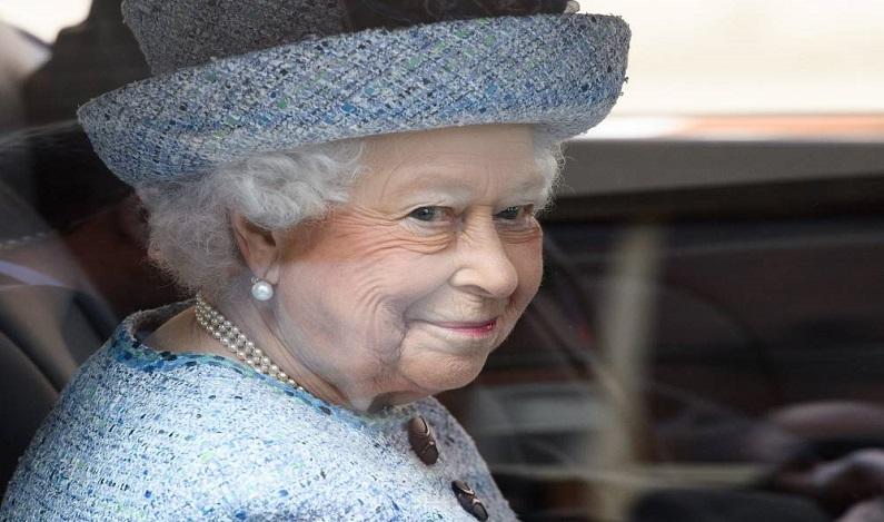 Marca é punida após revelar tamanho do sutiã da rainha Elizabeth