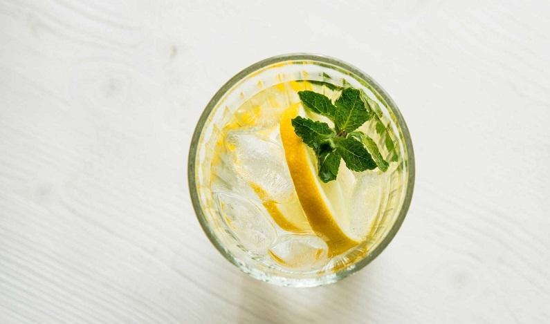 Afinal, beber água morna com limão em jejum faz bem para a saúde?