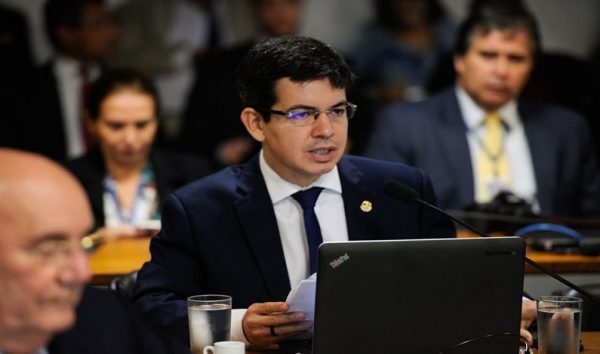 Randolfe Rodrigues protocola novo pedido de impeachment contra Temer
