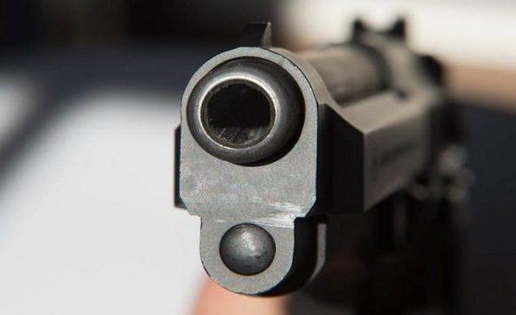 Jovem leva tiro na nuca após ser assediada por desconhecido