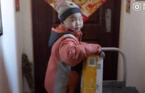 Caso de menino de 7 anos que trabalha como entregador gera revolta na China