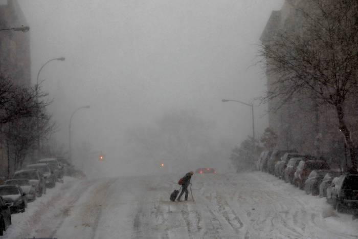 Nova York sitiada: tempestade cancela mais de 3 mil voos e mata 17 pessoas