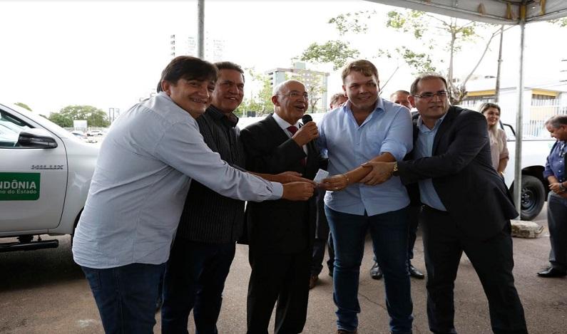 Maurão de Carvalho participa da entrega de camionetes para a Idaron