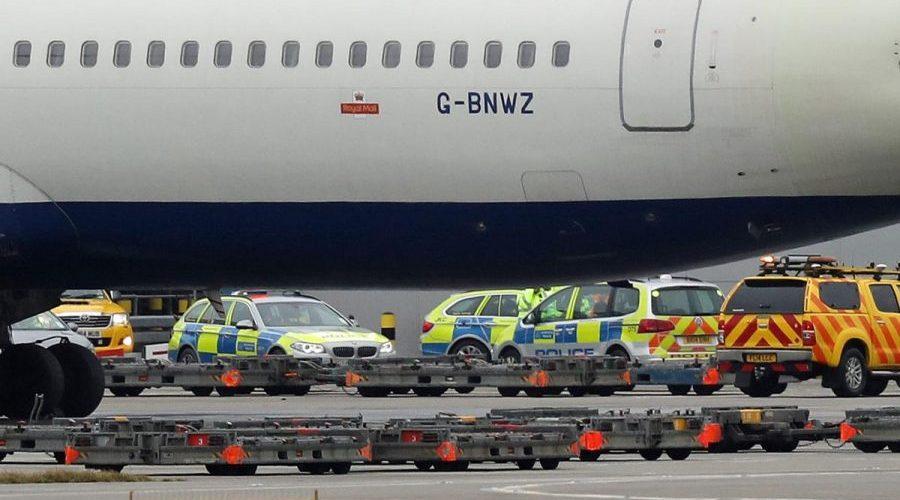 Trabalhador morre em acidente envolvendo dois carros na pista do aeroporto de Londres