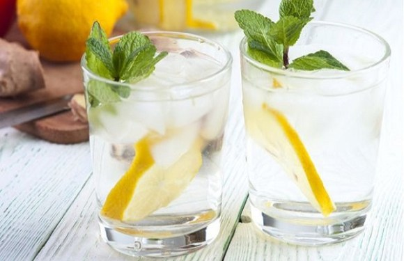 Beber água com rodela de limão pode corroer os dentes, diz estudo