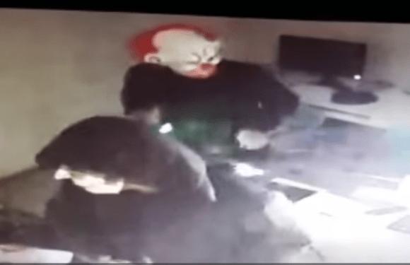 Assaltantes com máscara de palhaço arrombam prédio em Curitiba; veja vídeos da ação