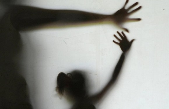 Mãe é presa acusada de construir quarto para padrasto abusar da filha