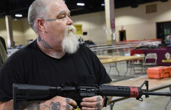 A megafeira de armas realizada na Flórida 4 dias após massacre em escola
