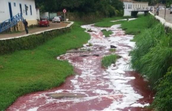 Caminhão com 10 mil litros de sangue bovino tomba e forma mancha em rio de cidade no Goiás