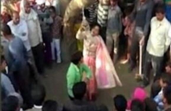 Por adultério, indiana leva chicotadas do marido e é estuprada em praça pública