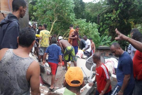 Desabamento de prédio mata criança e deixa soterrados em Salvador