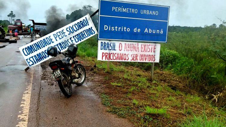 Moradores de distritos interditam BR-364 em protesto contra usina