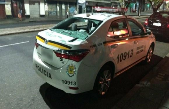 Mulher é presa após jogar TV contra marido e acertar carro da polícia
