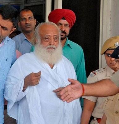 Popular guru indiano é condenado à prisão perpétua por estuprar jovem