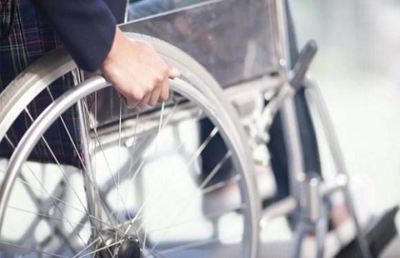 Condomínio é condenado por proibir porteiros de ajudarem moradora que é cadeirante