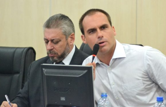 """PGR denuncia deputado Eduardo Bolsonaro por ameaças à jornalista: """"tinha que ter apanhado mais"""""""