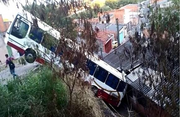 Adolescente furta ônibus, despenca sobre casa e apanha de moradores em SP