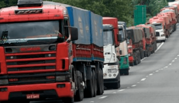 Caminhoneiros do AM paralisam transporte de cargas na manha desta terça