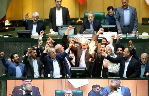 Deputados iranianos queimam bandeira dos EUA após anúncio de Trump sobre acordo nuclear