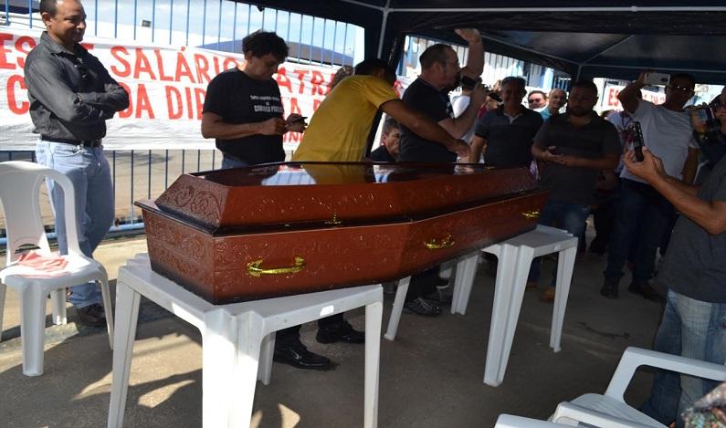 Em protesto, trabalhadores fazem 'enterro' da Diretoria da CAERD