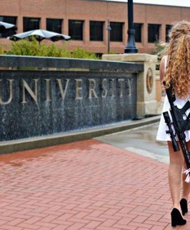 Aluna com fuzil em fotos de formatura gera grande debate sobre liberdade nos EUA