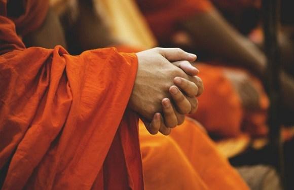 Monge processa templo por estresse trabalhista